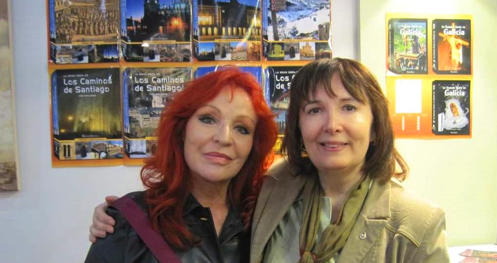 Mari Pepa junto a Mariana Vicat, en el Stand de la Feria del Libro